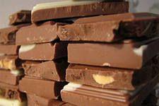 Как сделать шоколад в домашних условиях Ингредиенты: Молоко – 75 мл; Какао – 70 г; Сливочное масло – 50 г; Сахар – 150 г; Мука – 5 г; Орехи (арахис, фундук, грецкие), изюм, вафельная крошка – по желанию.