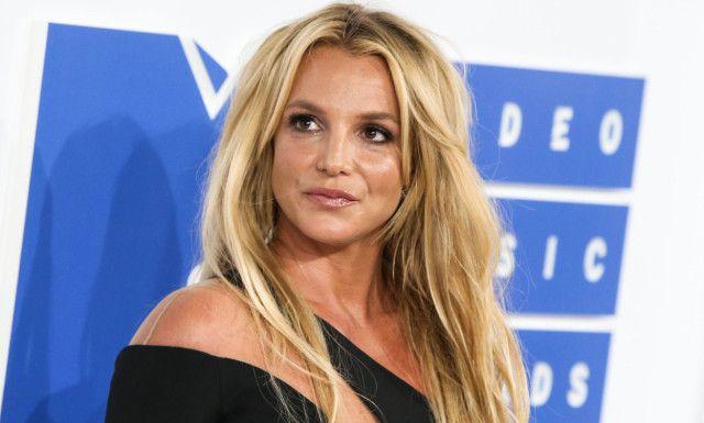 <p>FALT PLADASK: Britney Spears har funnet tonen med sin mannlige motspiller i en av hennes nyeste musikkvideoer. Nå letter popdronninga på sløret om hvordan romansen startet. Foto: Xavier Collin/Image Press/Splash, NTB scanpix</p>