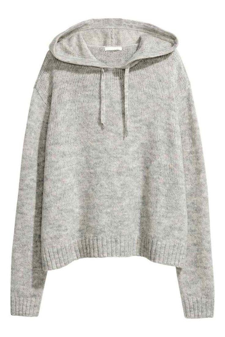 Pull à capuche: Pull en douce maille enrichie d'une touche de laine et d'alpaga. Modèle avec capuche munie d'un lien de serrage. Couture d'épaule descendue et fentes latérales.