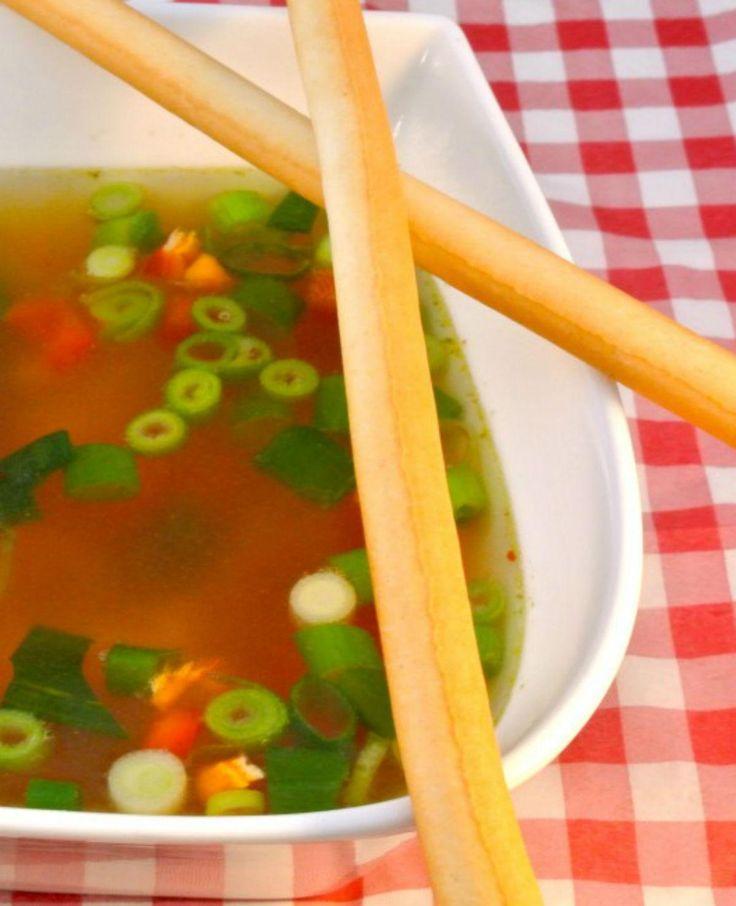 Pittige Chinese kippensoep: lekker als lunch of als hoofdgerecht met een stokbroodje erbij. Erg lekker, snel klaar en bovenal een voedzaam gerecht!