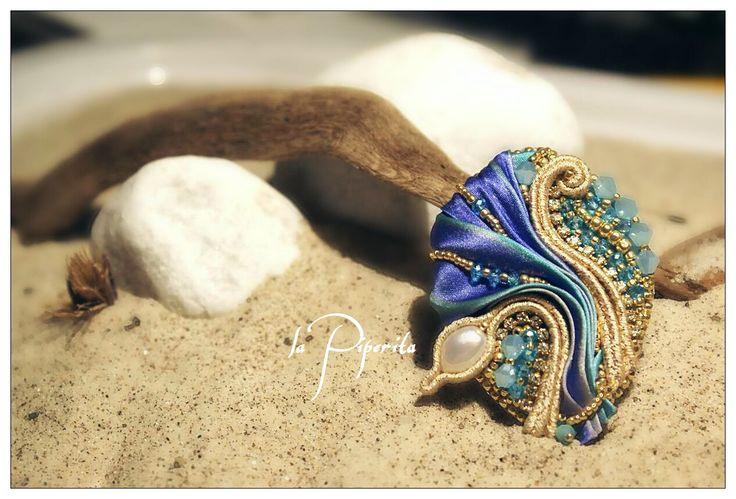 Ciondolo realizzato con tecnica soutache, seta shibori, perle coltivate e elementi swarovski. Soutache pendant. Shibory silk ribbon, cultured pearls, swarovski elements. #jewelry #silkshiboriribbon #pearls #soutache #handmade #lapiperita