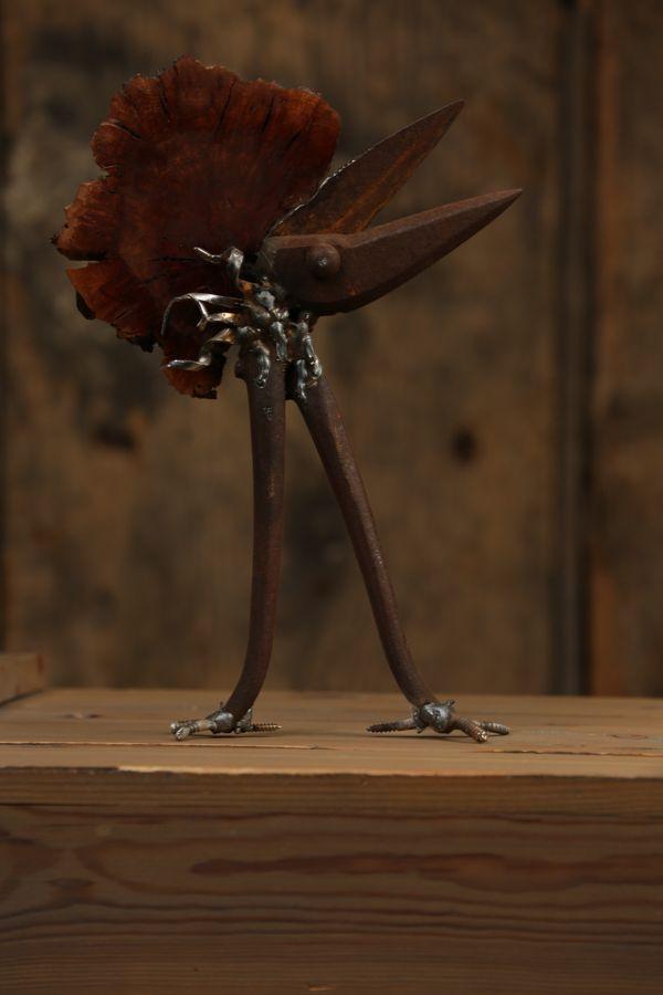 Papagillo  Ein eleganter, energetischer Vogel mit einem großem Ziel: Er will die Rätsel dieser Erde lüften und die Menschheit verstehen lernen. Er macht es sich zur Aufgabe, ihnen andere Lebens.-& Denkweisen näher zu bringen um somit die Welt von Ihren Qualen zu befreien. Es gibt zu den Papagillos eine lange Geschichte welche sich über ferne Ozeane bis hin zu anderen Welten erstreckt.