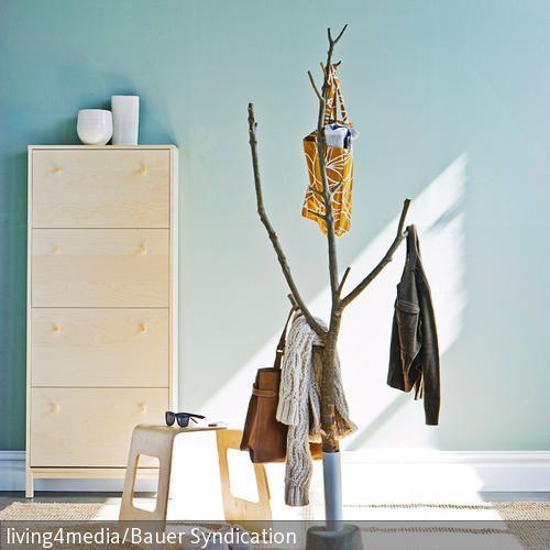 von der natur inspiriert bereichert der aus einem ast selbstgebaute garderobenst nder das. Black Bedroom Furniture Sets. Home Design Ideas