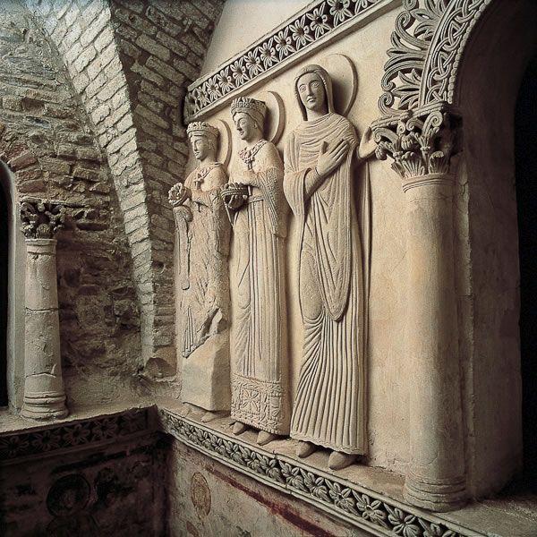 Art lombard. Saintes, stuc en haut relief, tempietto de Santa Maria in Valle, Cividale, VIIIe siècle.