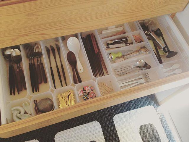 こないだからキッチン収納の見直しをちょくちょくしてましたが、今回はカトラリーを整理しました。今までパントリーに無印のケースを置いていて引き出し3段に細々したものを入れていましたが、こないだ投稿した調味料の引き出しの上の浅い引き出しにまとめました。 引き出しを開けると全体が見渡せて作業アクションも減りました。ここに移動したことで、横の食器棚からお皿を出して、棚の上で盛り付け⇨カトラリーもセット⇨トレーに乗せてテーブルへ、という作業の流れが効率化されました。  #整理収納 #キッチン #キッチン収納 #カトラリー #無印良品 #クチポール #柳宗理 #白山陶器 #しかし沢山ありすぎ( ´−ω−` ) #なかなか減らせない( ༎ຶŎ༎ຶ ) #ケースが動かないように奥に劇落ちスポンジ挟んでます。 #パントリーが少しスッキリ #整理収納は作業の効率化と合理化から考える