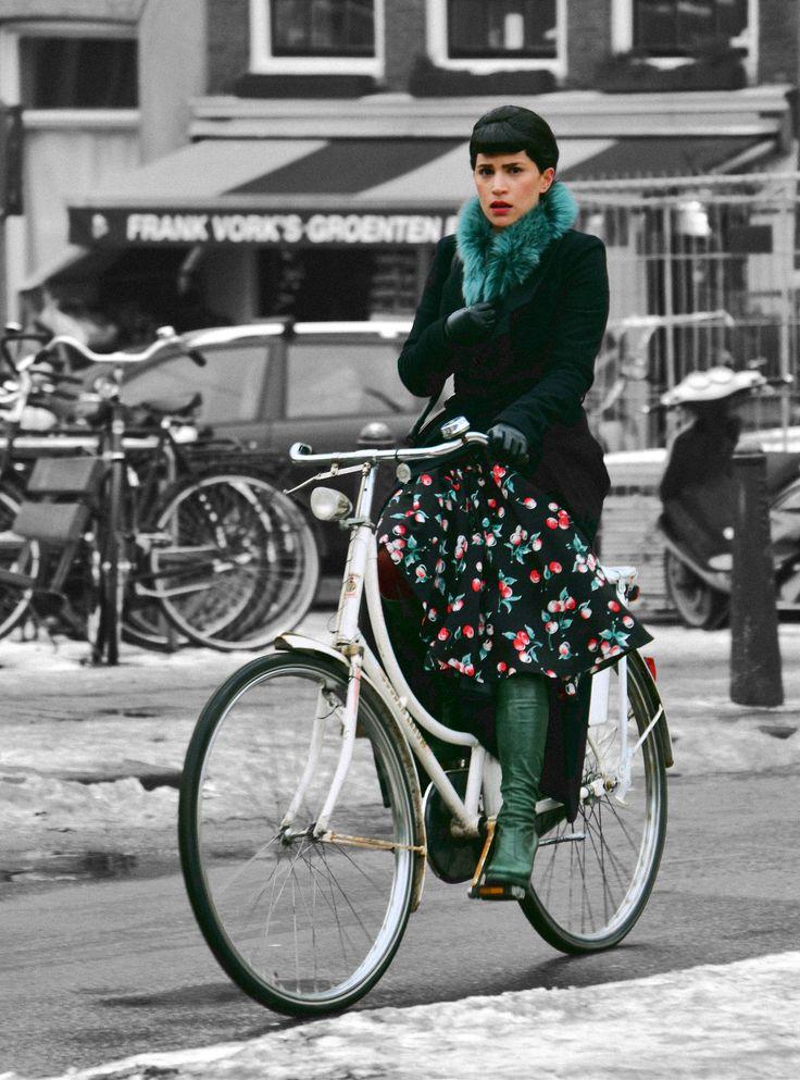 """""""Flores do inverno"""" - Uma ciclista holandesa pedalando pelas ruas de Amsterdã…"""