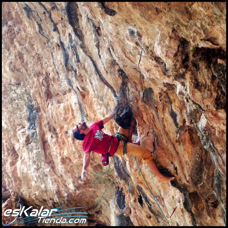 Nuestro amigo Benito escalando descalzo Rompebragas - 8a del bove2 en Gandia. GRANDEEEE!!! eskalartienda.com