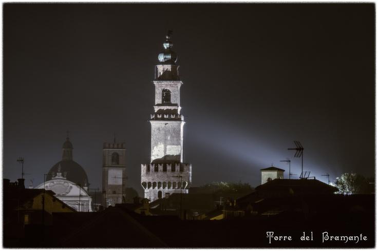 Torre del Bramante di notte, a Vigevano.