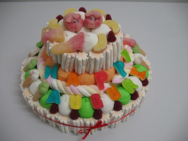 torta di caramelle #caramelle #torta #cake #candy #marshmallow #pig   http://www.lemilleeunamella.it/