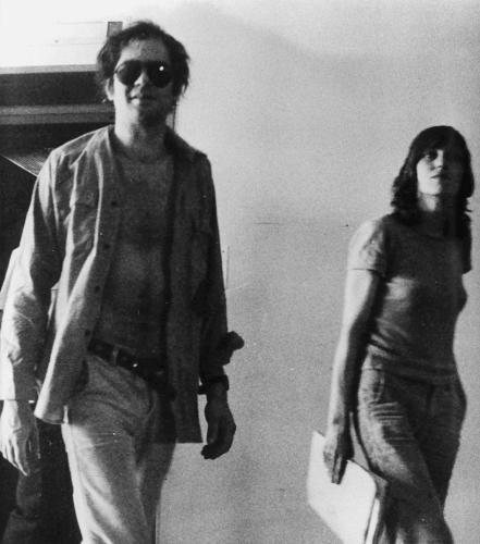 Baader in Stammheim: Cool wie Marlon Brando: Andreas Baader mit offenem Hemd und Sonnenbrille im Gefängnis Stuttgart-Stammheim. Im Hintergrund Gudrun Ensslin