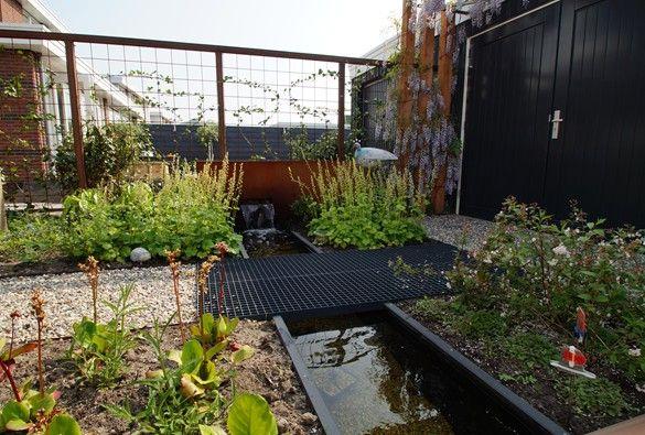 Sfeervolle achtertuin met waterspel