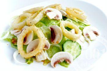 Салат с рисовой лапшой и кальмарами