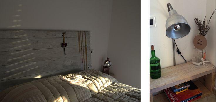 La testata del letto realizzata con una vecchia porta è stata dipinta di bianco e lasciata grezza per far si che si possano quindi percepire nettamente le spatolate; l'effetto