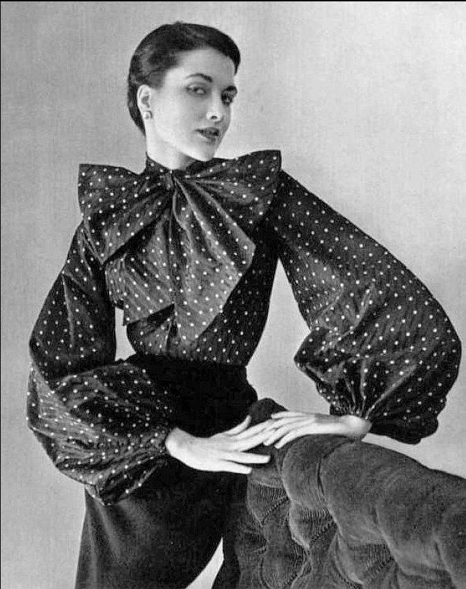 1950 Maxime de la Falaise in navy blue with white polka dots taffeta blouse by Pierre Balmain, photo by Pottier