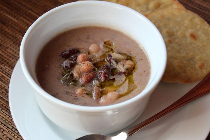 Il comfort food più comfort di tutti, specialmente con i primi freddi. Il rituale dei legumi a bagno dalla sera prima, la minestra sul fuoco senza...
