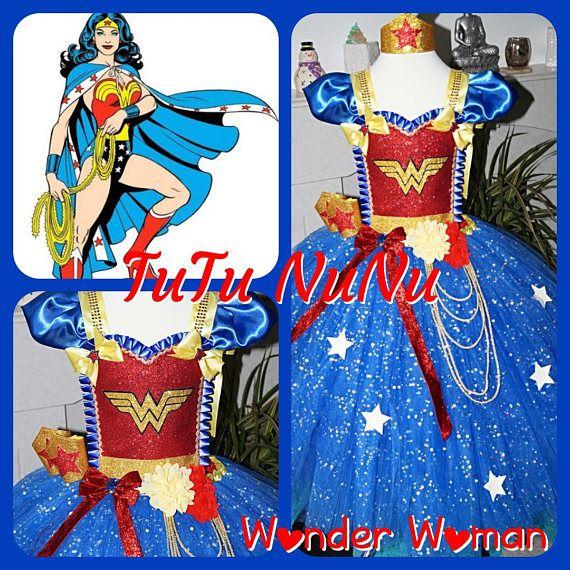 Tutu di Wonder Woman a mano ragazze da 0 a 10 anni.  Accessori inclusi - maschera e manette (capo deve essere ordinato separatamente).  Lunghezza alla caviglia - si prega di inviare spalla alla misura di lunghezza del pavimento con il vostro ordine.  3 strati per supplementare lanosità. Come sono fatti a mano, i colori possono essere personalizzati – si prega di contattare per maggiori informazioni!  Perfetto per compleanni, Halloween, Natale, matrimoni, occasioni speciali o anche per…