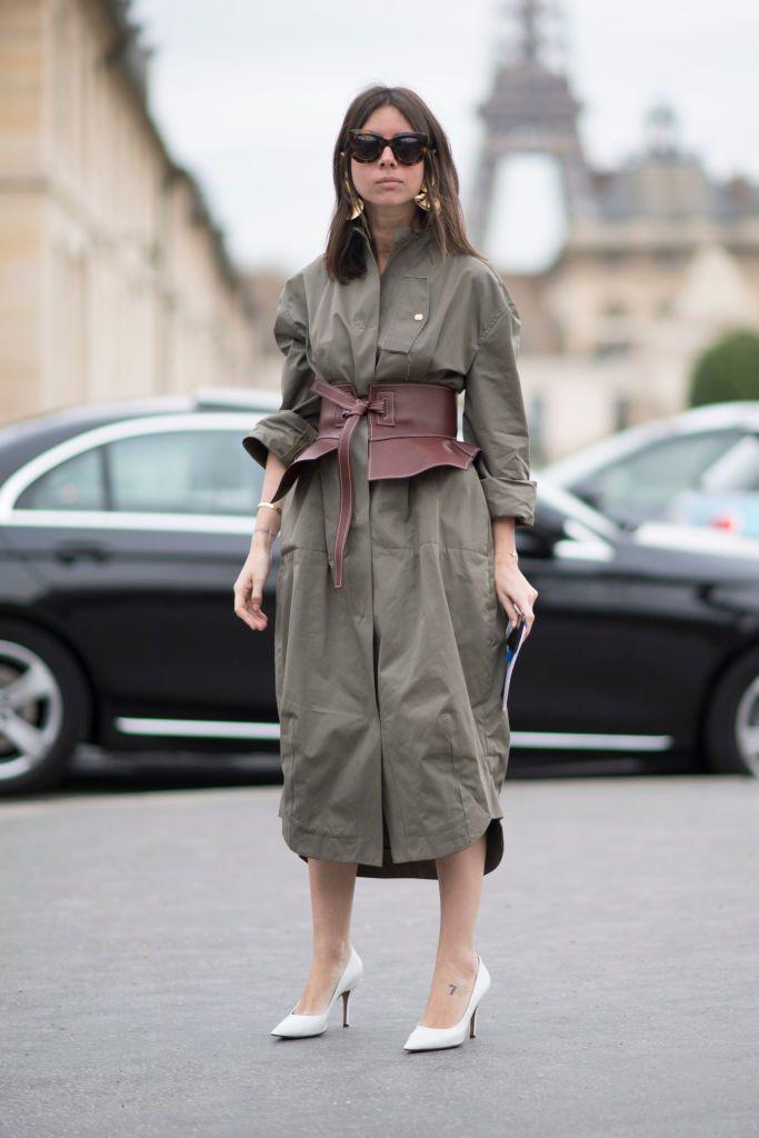 Photo by Timur Emek/Getty Images      Natasha Goldenberg  シャツドレスの上から、ロエベのコルセット風ベルトを巻いたスタイリストのナターシャ。無造作に袖をまくって着たシャツドレスが、ベルトの効果でグッとエッジィに! アーミーグリーン&ブラウンのアースカラーの組み合わせに、クリーンな白いパンプスを加えたのもうまい。ゴールドのイヤリン...