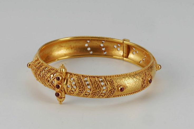 Traditional gold bangle: 28.44gms