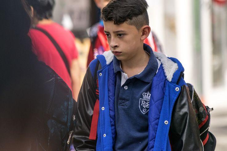 https://flic.kr/p/WgBqew | Antofagasta021 | Joven escolar cruza la calle en paseo peatonal, calle Manuel Antonio Matta, Antofagasta, Chile. D5300.