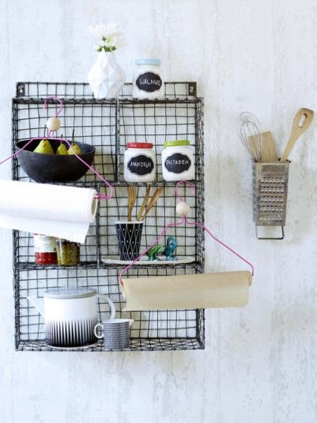 Halterungen und Gefäße für Küchenutensilien können Sie ganz einfach selber machen. Hierfür brauchen Sie nur einen alten Kleiderbügel, eine Käsereibe und diese Anleitung.