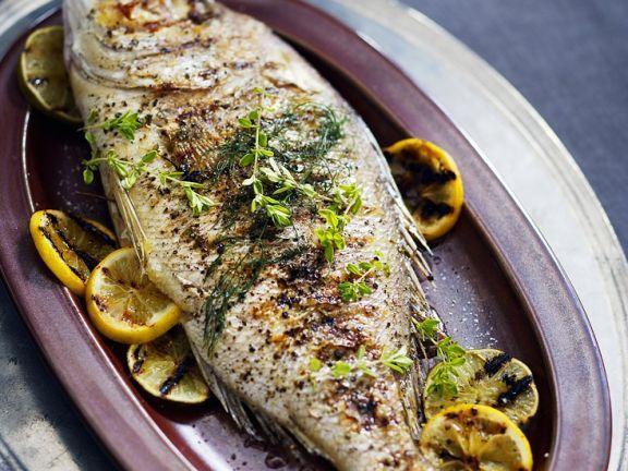 Dorade vom Grill ist ein Rezept mit frischen Zutaten aus der Kategorie Meerwasserfisch. Probieren Sie dieses und weitere Rezepte von EAT SMARTER!