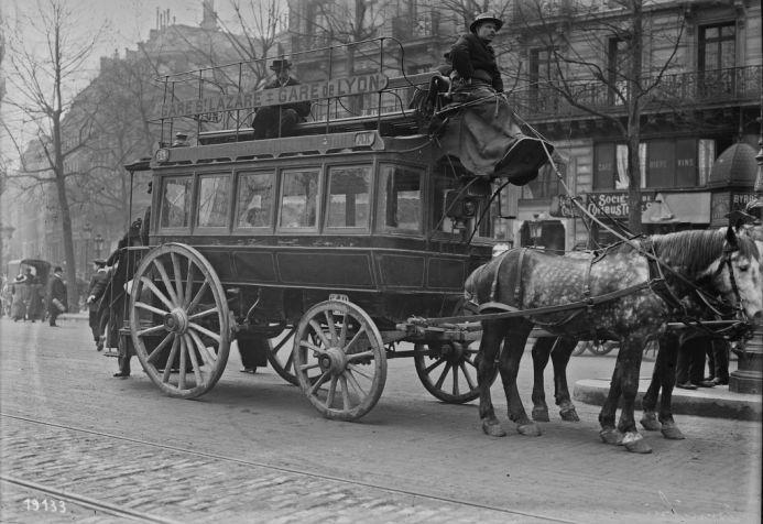 1912 - Omnibus (à chevaux : Gare St Lazare - Gare de Lyon). Photographie de presse : Agence Rol