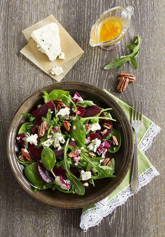 Салат со свеклой и сыром  с плесенью с заправкой из грецких орехов