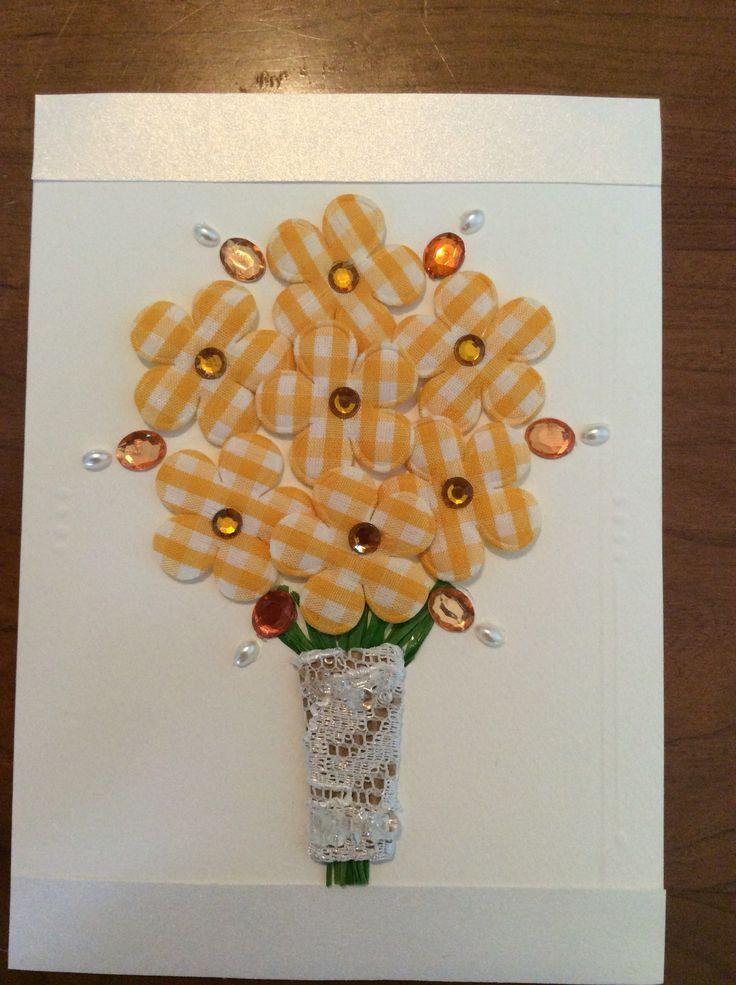 Carte artisanale mariage. Carton, rubans, dentelle recyclée, paillettes réutilisée, fleurs de tissu.  Wedding card. Flower and jewel bouquet.
