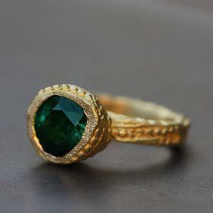 Bague d'inspiration médiévale en or jaune 18 carats et tourmaline verte par Esther Assouline pour l'Atelier des Bijoux Créateurs.