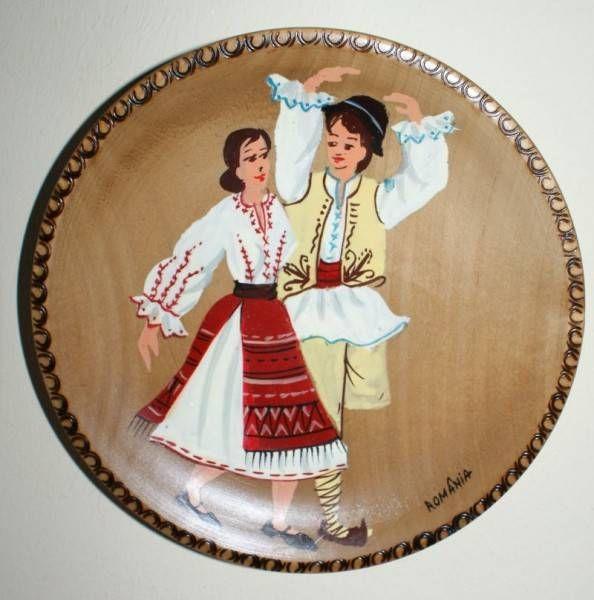 Farfurie din lemn, pictata cu imagini de la sat - Romania