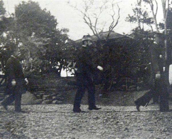 明治天皇(中央)が水戸徳川邸を訪れた際に撮影された写真(宮内庁宮内公文書館所蔵)