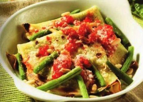 Le crespelle al pesto e fagiolini si preparano frullando il basilico con l'aglio, il parmigiano e gli altri ingredienti, il composto ottenuto verrà p...