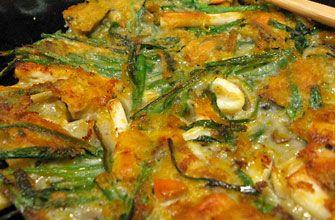 「海鮮チヂミ」  魚介、野菜などを小麦粉で溶いて焼いたもので、手軽にさっと作れる庶民的な料理の代表です。  一般的な材料 ・たね   -小麦粉   -チヂミ用粉   -水   -牛乳   -塩    ・具材   -イカ   -細ねぎ   -貝の剝き身赤唐辛子   -辛口青唐辛子   -卵     日本の韓国料理店などではチヂミの名称を多く使用しますが、韓国ではあまり使われておらず、日本人が韓国旅行に出かけてチヂミを食べようとする場合は、パジョン(ネギのジョン)、ヘムルパジョン(海産物とネギのジョン)、キムチジョン(白菜キムチのジョン)など、「ジョン」とついた名前を探す必要があります。