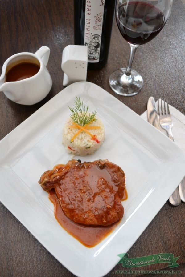 Sosul barbecue, cu gustul sau dulce acrisor, este alegerea perfecta pentru feliile de cotlet de porc gatite simplu si rapid. Alaturi de un pilaf de legume, carnea cu sos este exact ceea ce trebuie pentru o cina satioasa sau un pranz intr-o zi de sarbatoare. Daca aveti de sarbatorit pe cineva din familie de Sfantul