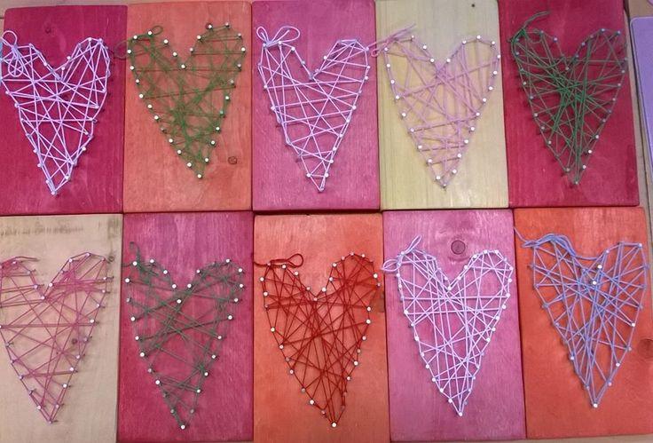 """""""Sydämiä äideille"""". Maalattiin vesiväreillä. Lankana puuvillalanka. Takana taulukoukku. (Alkuopettajat FB -sivustosta / Pauliina Peltonen)"""