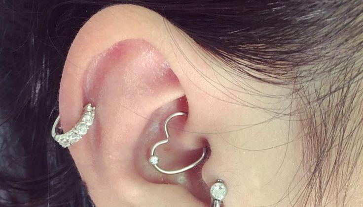 Un piercing du daith par @tutattoopiercing