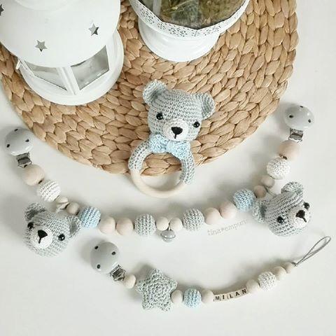 Bärchen-Set für den kleinen Milan 😊🌸. Da hat die Mama richtig schöne Farben ausgesucht 💕. . @alexjaklin  #häkeln #crochet #crochetlove #häkelnfürbabys #geschenkzurgeburt #baby #baby2017 #kinderwagenkette #rassel #schnullerkette #grau #teamblau #babyparty #handarbeit #handmade #tina_empunkt