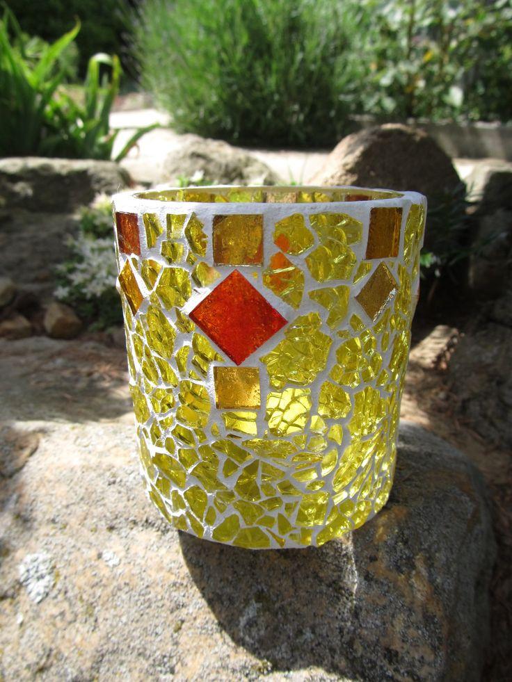 Svícen - mozaika Skleněný svícen na čajovou svíčku. Mozaika. Výška 8 cm; průměr vrchní části i dna 8 cm.