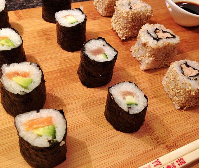 Maki Sushi! het is lekker, gezond & je kunt ze vullen met wat je wil, dus waarom niet meteen met wat gezonde ingrediënten?