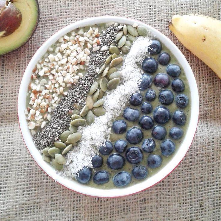 Desayuno de campeones: SMOOTHIE BOWL La base es un batido verde y el resto es decorar con frutas y semillas. Les comento del mío para que tengan idea: La base es un batido verde hecho con 1 banana 1/2 aguacate (palta) 1/4 tz de arándanos 1/2 cdita de polvo de maqui 5 hojas de espinaca y 1 tz de agua. Lo decore con arándanos coco deshidratado semillas de zapallo (calabaza) semillas de chia y almendras partidas.