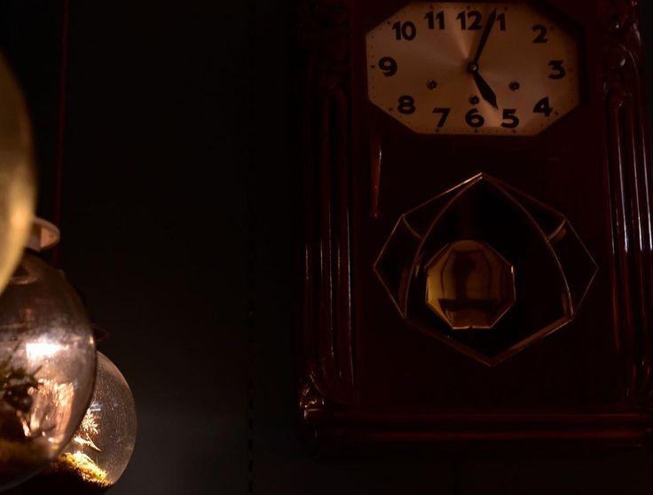 英国アンティーク展開催中の目黒通り店です古き良き時代の洋館建築を連想させるねじ式振り子時計が夜のとばりにクラシックなムードをかもし出しておりますかっちりとした格調高いフォルムレトロな文字盤の書体などノスタルジックな雰囲気溢れる一品です上品で美しい木目のマホガニーは古くから世界的な銘木の一つで家具はもちろんのことギター等にも使用されます仕上げは良好で光沢があり高級感たっぷりです    #目黒通り #都島本通り #インテリア #rocca #六家道具商店 #izuya #interior #furniture #vintagefuniture #antiqfurniture #雑貨 #家具 #ウォールクロック #英国アンティーク家具 #イギリス製 #アーコール #ercol #ゲートレッグテーブル #ダイニングテーブル #サイドボード #アールデコ #ウォールミラー #マホガニー #クラシック #リビングボード #オーク #カフェテーブル #ねじ式 #掛け時計 #振り子時計