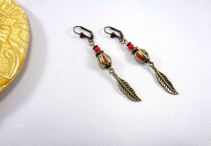 Boucles d'oreilles longues en perle ethnique du Tibet aux éclats de turquoise, corail et breloque en métal couleur bronze : Boucles d'oreille par boutique-astrallia