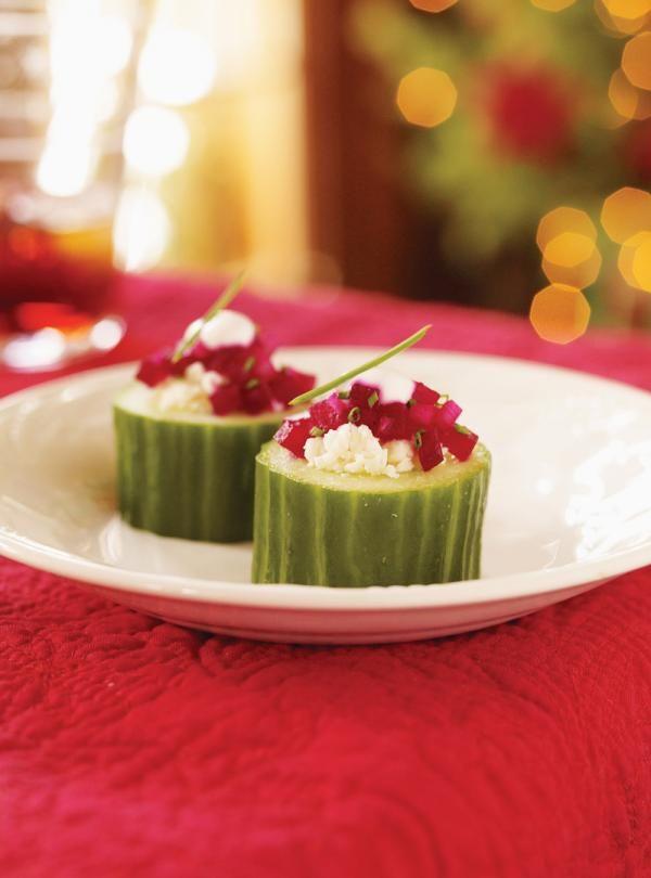 Recette à servir en entrée ou comme amuse-gueule: bouchées de concombre à la betterave. Recette de Ricardo prête en 20 minutes. Rendement: 20 bouchées.