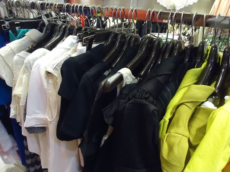 I just loved when store's garment rack are fulled with contrasted colors!!!
