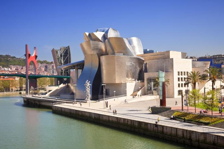 Bilbao je jedním z míst, kam nově létají súpoje z Ruzyně. Od 1. června do baskické metropole létají Smart Wings. Letiště leží 9 km od města, kam se dostanete autobusem. Jezdí každých 20 minut.
