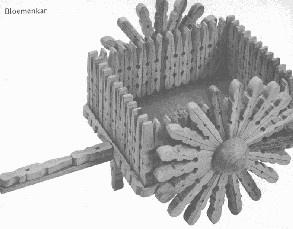 gemaakt van wasknijpers maar let op je moet het eerst een basis maken van hout een plankje voor het bakje en een  stukje voor de voorkant  dan de wielen en dan pas de rest
