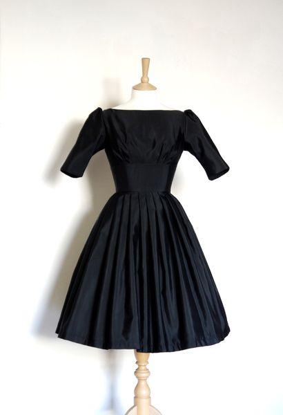 Cette robe classique est fabriqué à partir d'un tissu gros-grain noir magnifique depuis les années 1950. Le gros-grain est mou et lourd avec un écl...