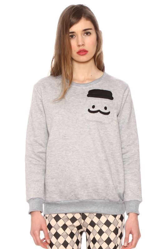 Sudadera gris con bolsillo y moustache de polipiel