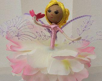 💕💕💕Meet Maeve. Ecco che arriva lestate! Maeve è una fata fiore e indossa un corpetto color menta per abbinare la gonna bella di menta/morbido turchese e lilla pallida. Maeve ha sulle scarpe nude e indossa i suoi capelli doro in un updo elegante e decorato con perle. Maeve è in possesso di una farfalla che è venuto a riposare sulla sua mano e lei è rapita nella sua delicatezza e delicatezza Colori tenui e delicati di Maeve riflettono tutti i colori della primavera e dellestate e lei è ...