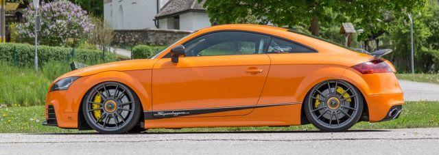 """Chris """"The Driver"""" Burges kurvt mit seinem 5-Zylinder Audi TTRS gern über Landstraßen. Dank vieler Ideen und Folie sieht der Wagen öfters mal wieder neu aus."""